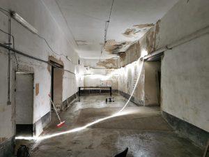 Salle exposition, après nettoyage et grattage sur les murs (début juillet 2020)